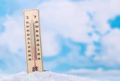 Termómetro en nieve Imágenes de archivo libres de regalías