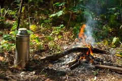 Termo cerca del fuego imagen de archivo libre de regalías