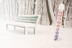 Termometer i snö som visar nollgraden Kallt temperaturbegrepp arkivfoton