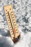 Termometer i snön med att frysa temperaturer Arkivfoto