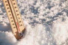 Termometer i snön med att frysa temperaturer Royaltyfri Foto