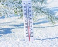 Termometer i snowen Fotografering för Bildbyråer