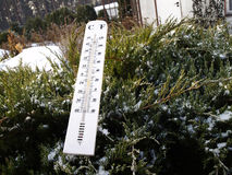 Termometer i snowen Royaltyfria Foton