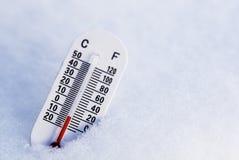 Termometer i snowen Arkivfoto