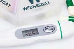 Termometer och pills Arkivbilder