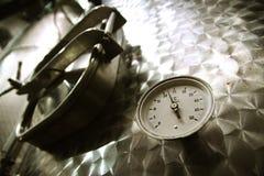 Termometer på en inoxbehållare royaltyfria foton