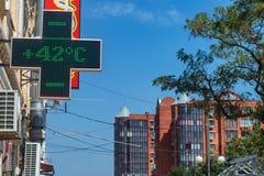 Termometer på sommarvärme i stad Arkivfoto