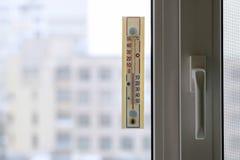 Termometer som fästas till fönstret Arkivfoto