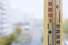 Termometer som fästas till fönstret Royaltyfri Foto