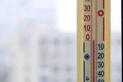Termometer som fästas till fönstret Arkivbilder