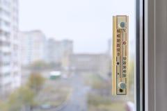 Termometer som fästas till fönstret Fotografering för Bildbyråer