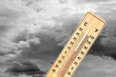 Termometer under molnig himmel Fotografering för Bildbyråer