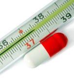 Termometer y píldoras Imágenes de archivo libres de regalías