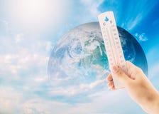 termometerkontroll earth&en x27; s-temperatur med inverkan av globalt royaltyfria bilder