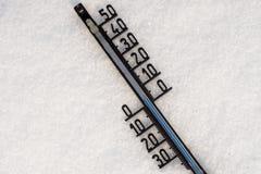 Termometern på snö visar låg temperatur Royaltyfria Bilder