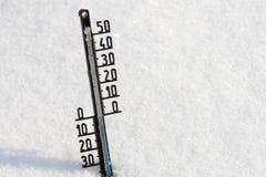 Termometern på snö visar låg temperatur Royaltyfria Foton