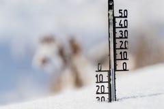 Termometern på snö visar låga temperaturer Royaltyfri Bild