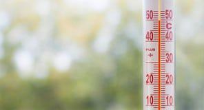 Termometr misuring 50 stopni upałów Zdjęcia Stock
