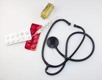 Termometr, pastylki na białym tle, antybiotyczny wirus obrazy stock