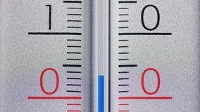 Termometr pokazuje ostrą deaktywację pod zero stopniami Celsius Zima i zimny sezon zdjęcia stock