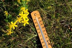 Termometr pokazuje wysokotemperaturowego w lecie obraz stock