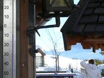 Termometr wskazuje temperaturę -7 stopni stustopniowy zdjęcie stock