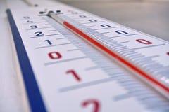 Termometro all'aperto con la retro progettazione che visualizza una temperatura elevata di trenta gradi di Celsius Fotografia Stock Libera da Diritti