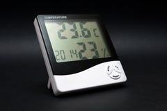 Termometro in bianco e nero sul nero. Fotografie Stock Libere da Diritti