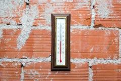 Termometro che appende sul muro di mattoni rosso Fotografia Stock Libera da Diritti