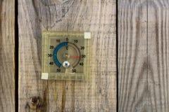 Termometro con la temperatura calda Fotografie Stock Libere da Diritti