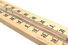 Termometro di legno su priorità bassa bianca Fotografia Stock
