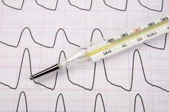 Termometro medico su un rapporto Fotografia Stock