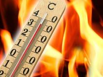 Termometro a mercurio che indica temperatura elevata fotografie stock libere da diritti