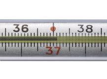 Termometro a mercurio che mostra temperatura elevata su un fondo bianco fotografia stock