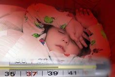 Termometro a mercurio e una piccola ragazza malata immagine stock