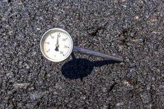 Termometro nella miscela calda del aspahlt Immagini Stock Libere da Diritti
