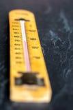 Termometro su fondo grigio ardesia fotografia stock