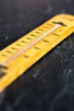 Termometro su fondo grigio ardesia fotografie stock libere da diritti