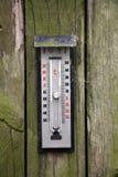 Termometro sulla parete di legno invecchiata Fotografia Stock