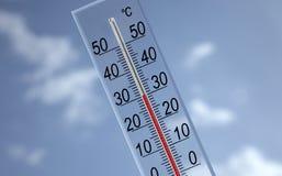 Termometro sulla priorità bassa del cielo che mostra 30?c Fotografie Stock
