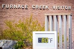 Termometru wymiernik w Śmiertelnym Dolinnym parku narodowym, Kalifornia obrazy royalty free