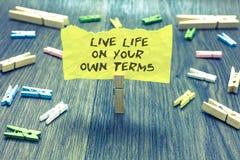 Termos de Live Life On Your Own do texto da escrita O significado do conceito dá-se diretrizes para uma boa posse viva do clipe e imagem de stock royalty free