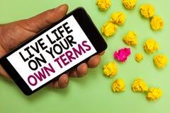 Termos de Live Life On Your Own do texto da escrita da palavra Conceito do negócio para diretrizes Give você mesmo para um bom ho fotografia de stock