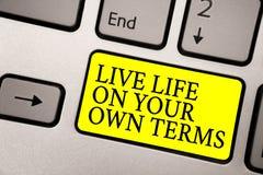 Termos de Live Life On Your Own do texto da escrita da palavra Conceito do negócio para diretrizes Give você mesmo para um bom ke imagens de stock royalty free