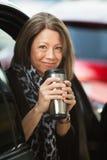 Termos del caffè della tenuta della donna Fotografia Stock Libera da Diritti