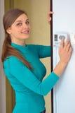 Termostato digitale del pulsante della donna Fotografia Stock Libera da Diritti