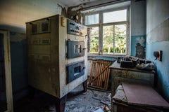 Termostato quebrado velho no laboratório analítico abandonado na fábrica vazia velha do moinho de farinha imagem de stock royalty free