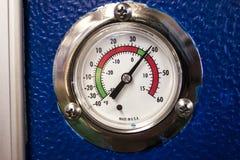 Termostatvisartavla i grader Farenheit för ett kommersiellt kylskåp Arkivfoto