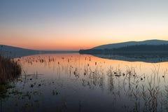 Ternate, озеро Comabbio, Италия Взгляд к Corgeno, на заходе солнца, в конце осени Стоковые Изображения