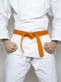 Terno alaranjado do branco das artes marciais da correia do lutador ereto Fotos de Stock